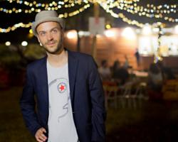 Ironia e no-sense: Tom Armati tra live brillanti e un nuovo lavoro in studio
